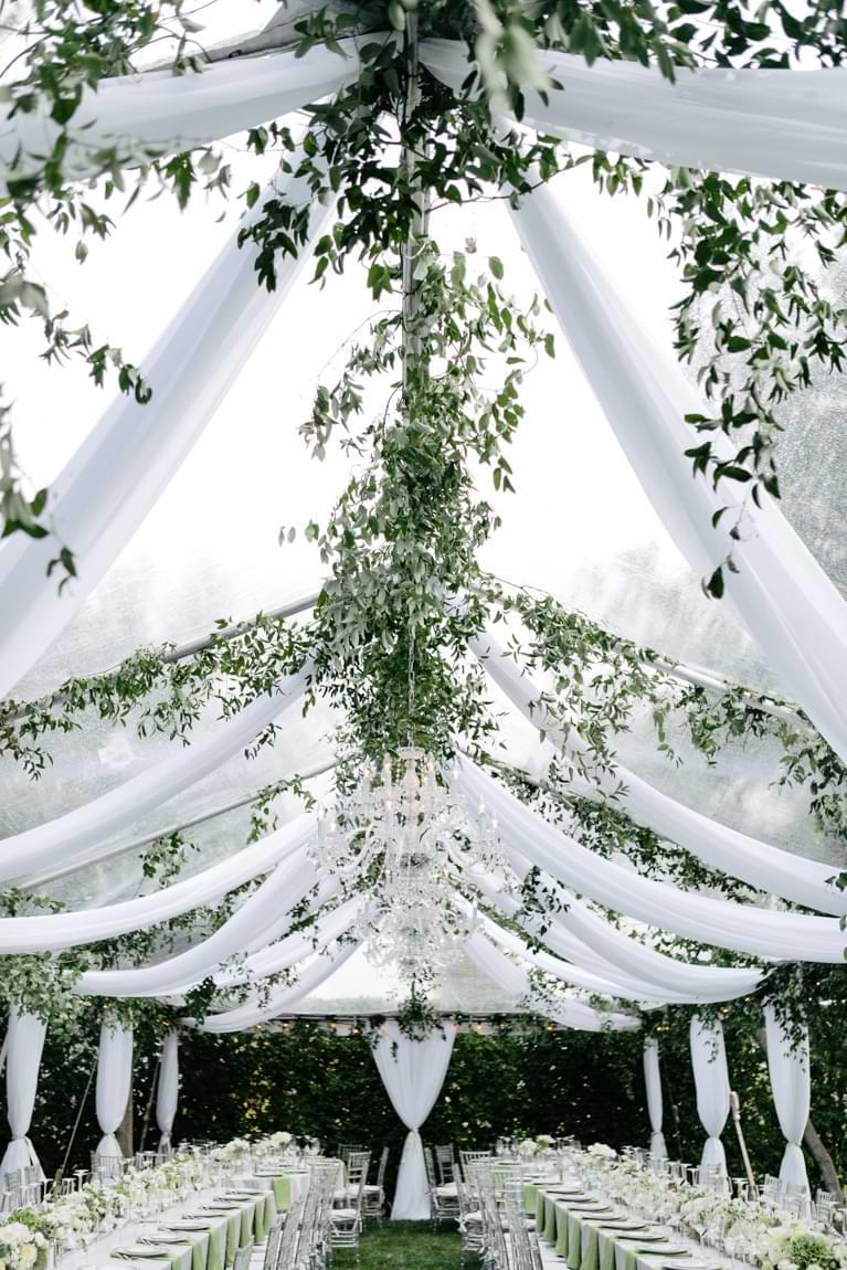 Hochzeitslocation mit gedeckter Tafel