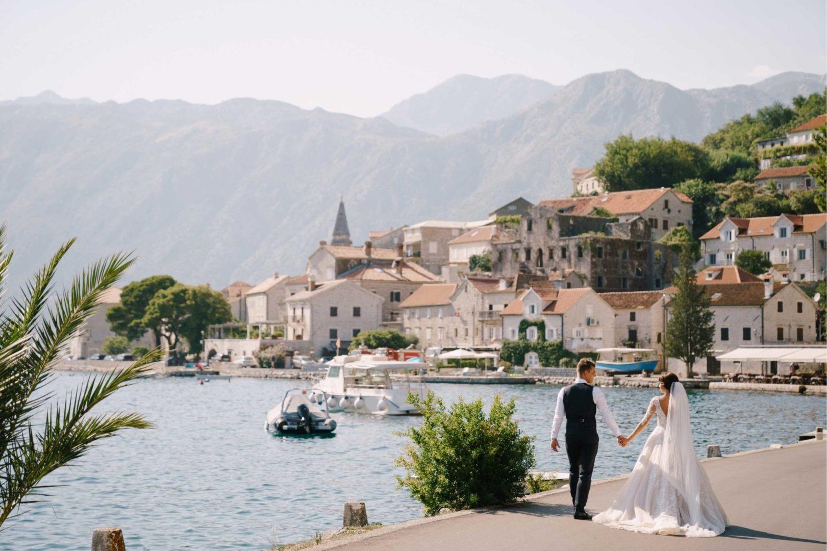 Hochzeitspaar feiert Hochzeit im Ausland