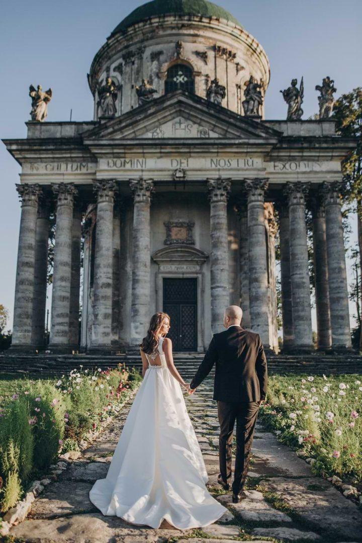 Hochzeitspaar auf einer Location bei einer professionell geplanten Hochzeit
