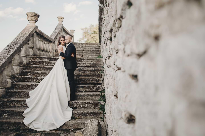 Hochzeitspaar auf Treppenlocation