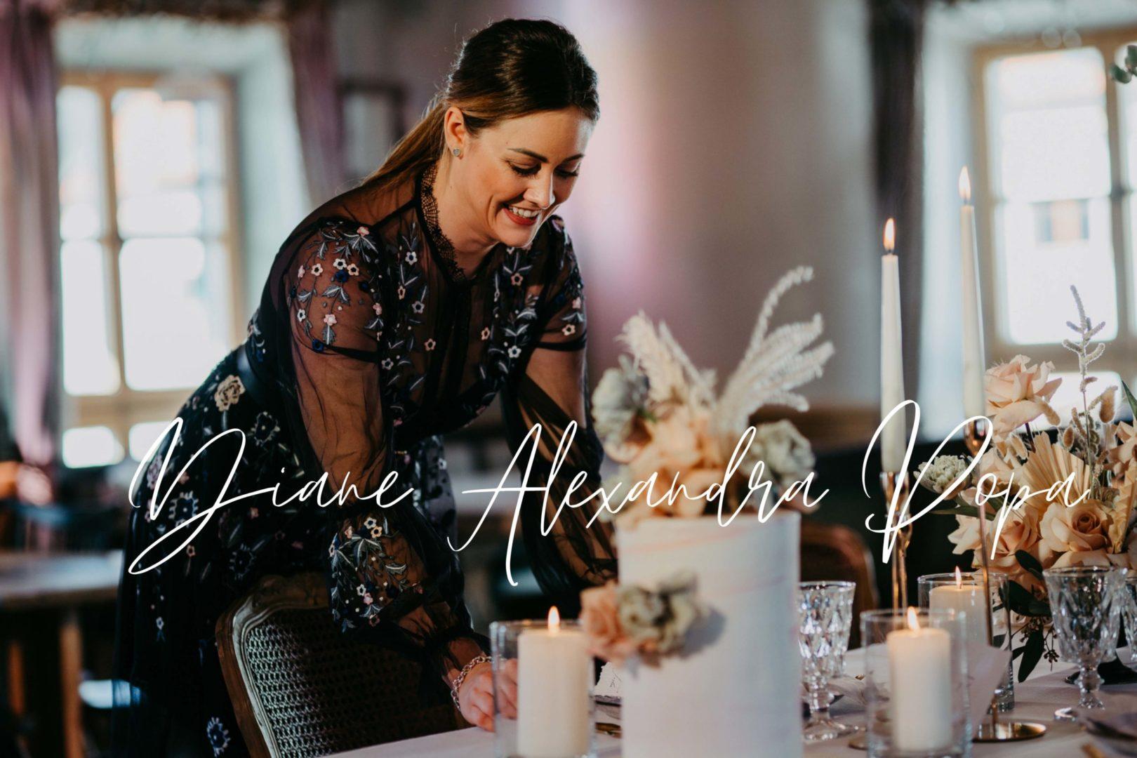 Hochzeitsplanerin Diane Alexandra deckt die Hochzeitstafel ein