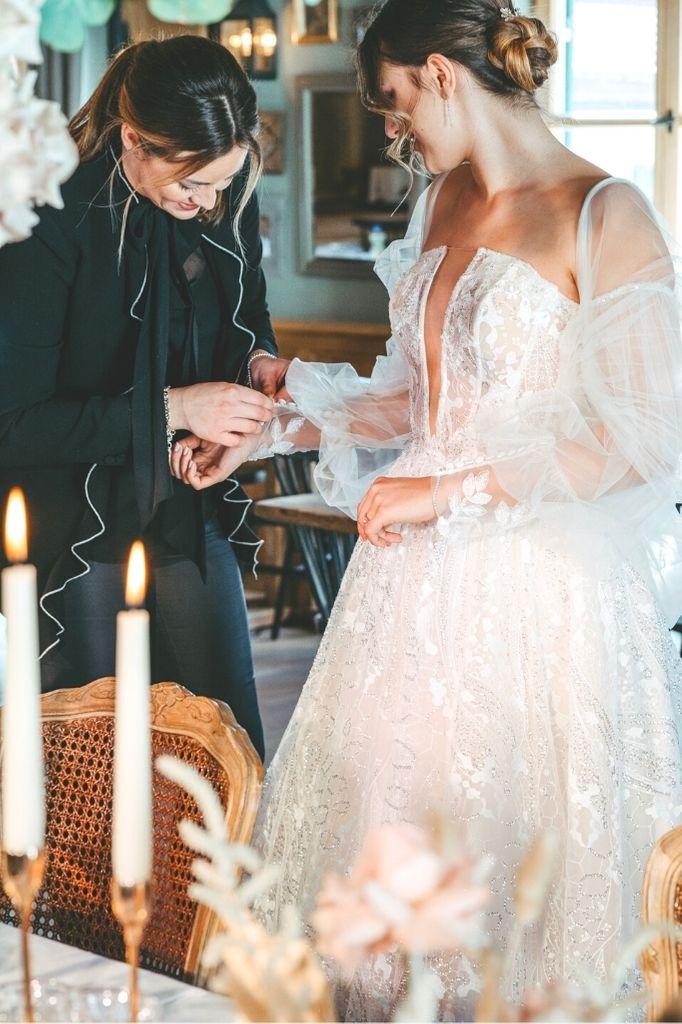 Hochzeitsplanerin Diane Alexandra hilft Braut beim Anziehen