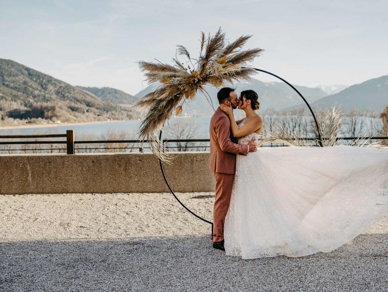 Brautpaar beim küssen, mit Blick auf den Tegernsee